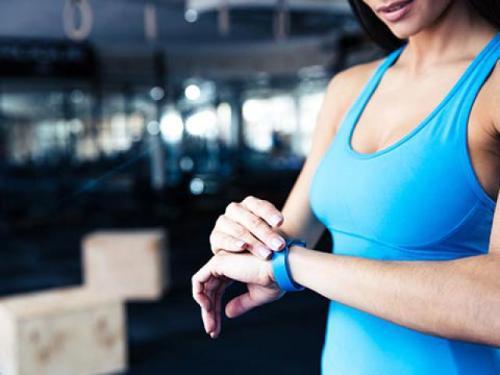 фитнесс-трекер на руке